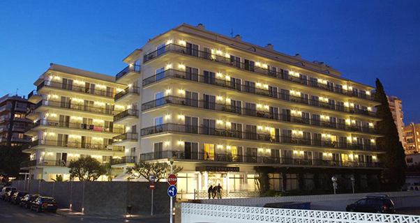 Hotel Terramar de Calella - exterior noche